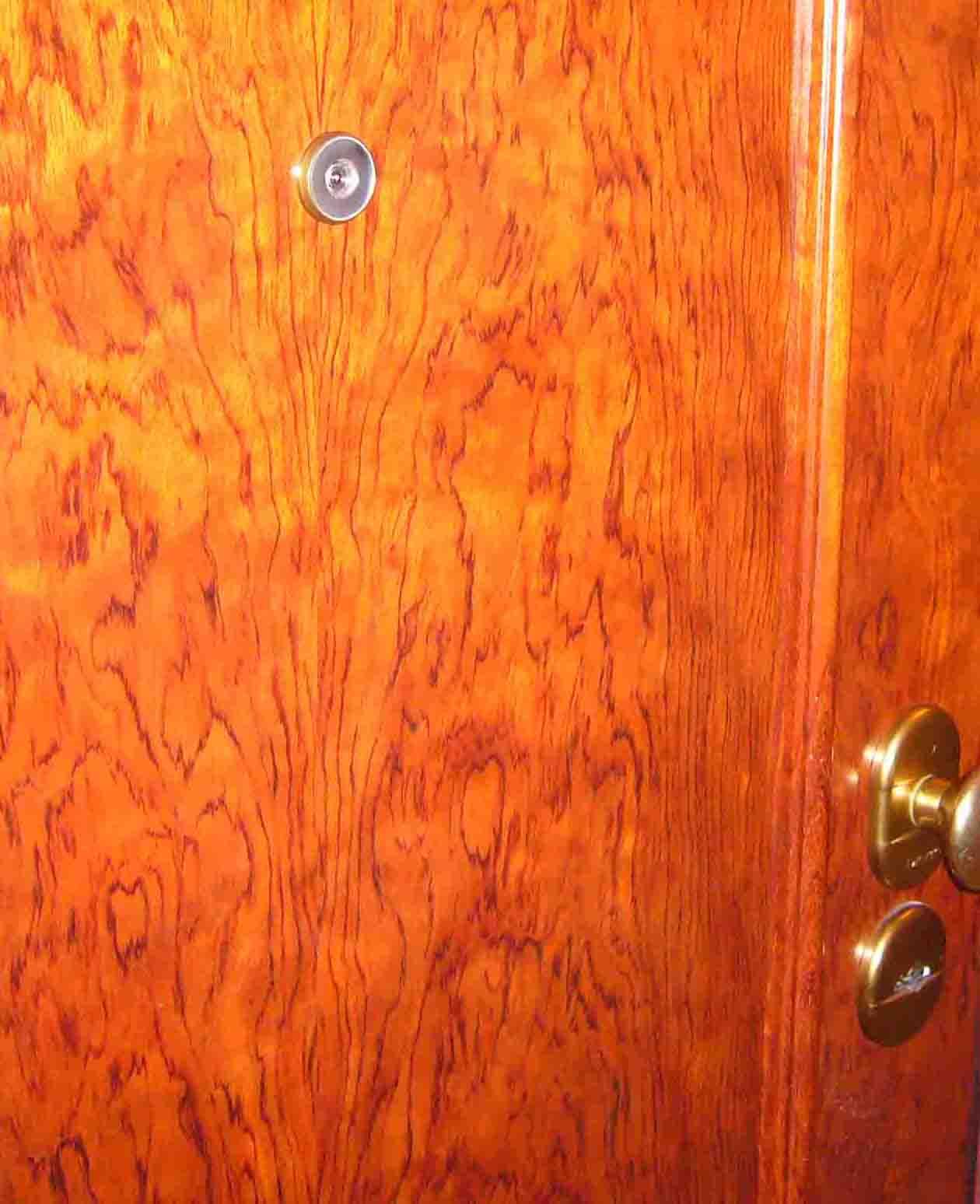 puerta reventada por culpa del marco de madera