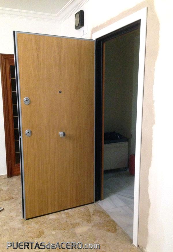 Puerta acorazada con doble bombillo de seguridad C48