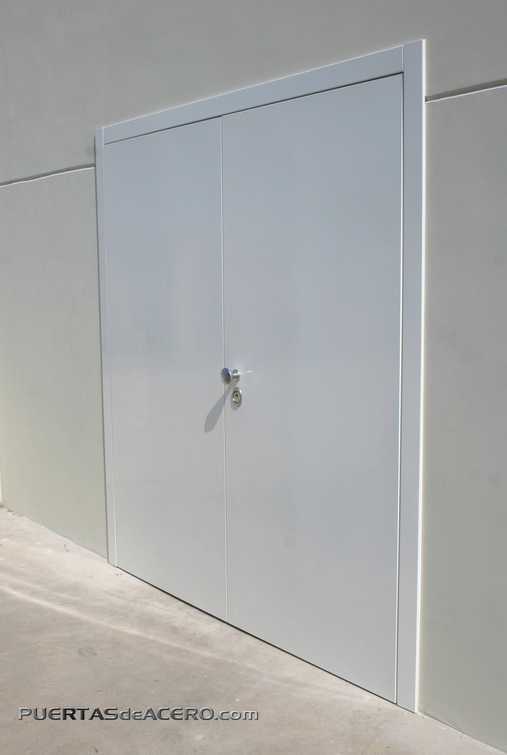 Puerta de doble hoja con apertura segura hacia fuera