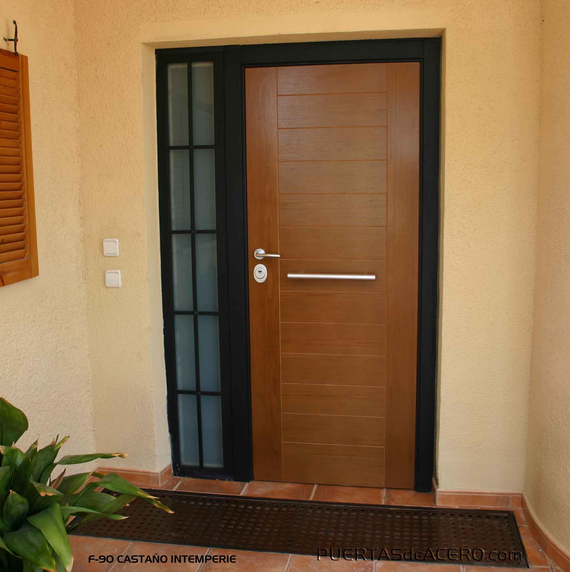 Puerta  acorazada con decoración en madera intemperie y fijo de forja