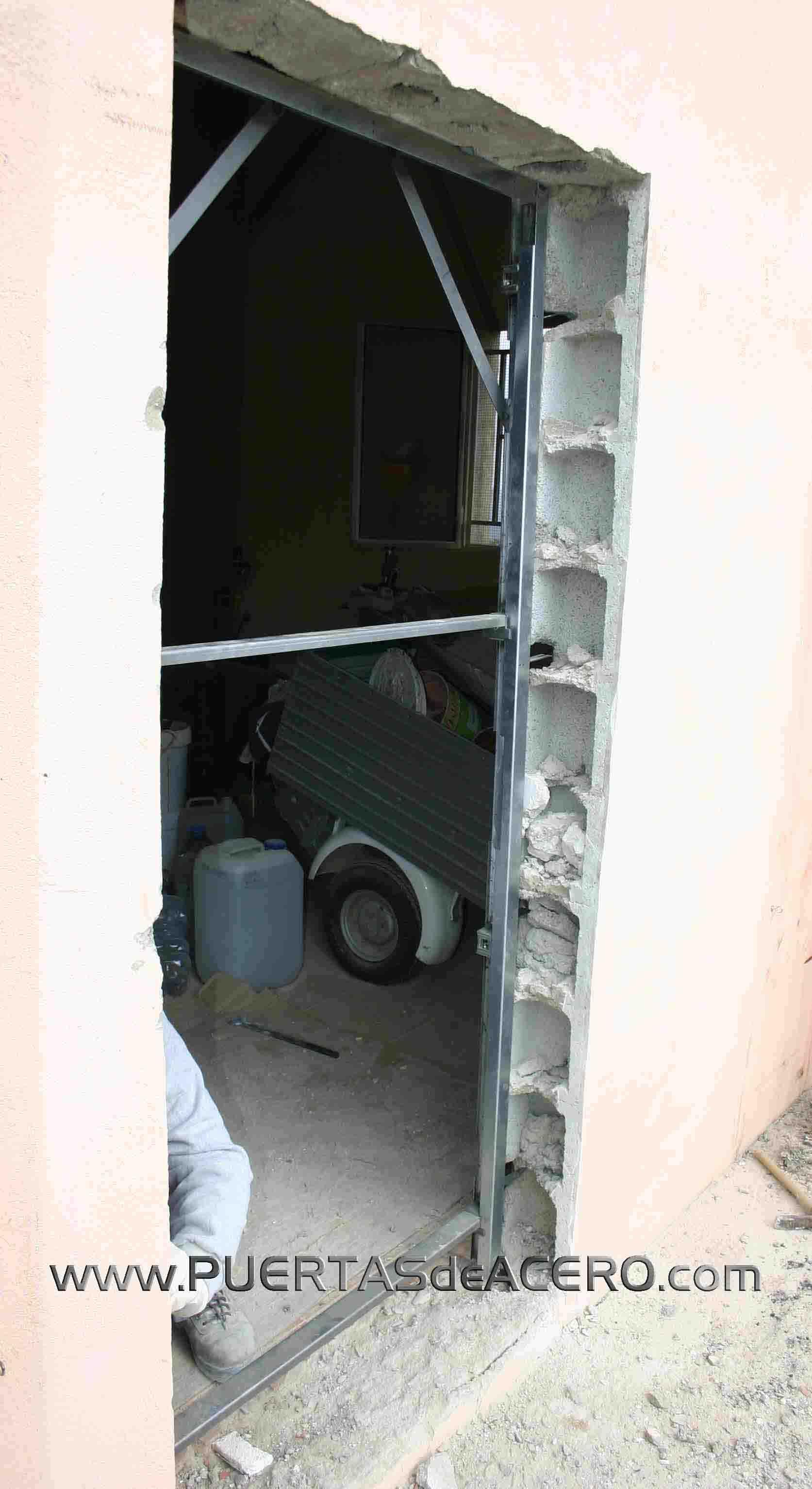 Colocación de premarco de puerta acorazada