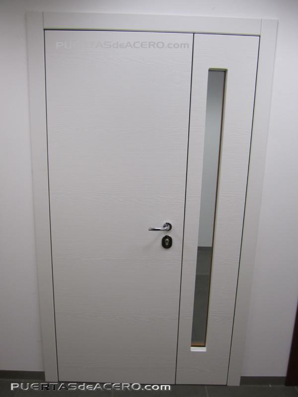 Parte interna con panel con malla horizontal con figura con aspecto madera