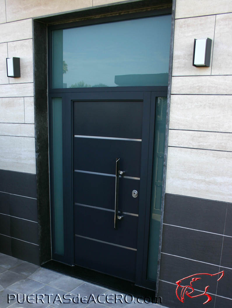 Puerta acorazada con foliado 7016 con inserciones en acero inoxidable