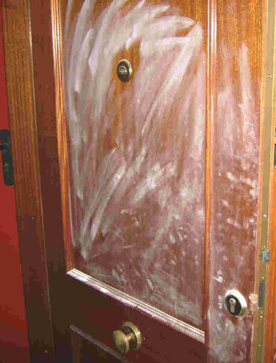 Foto de un robo en puerta blindada con huellas de los ladrones