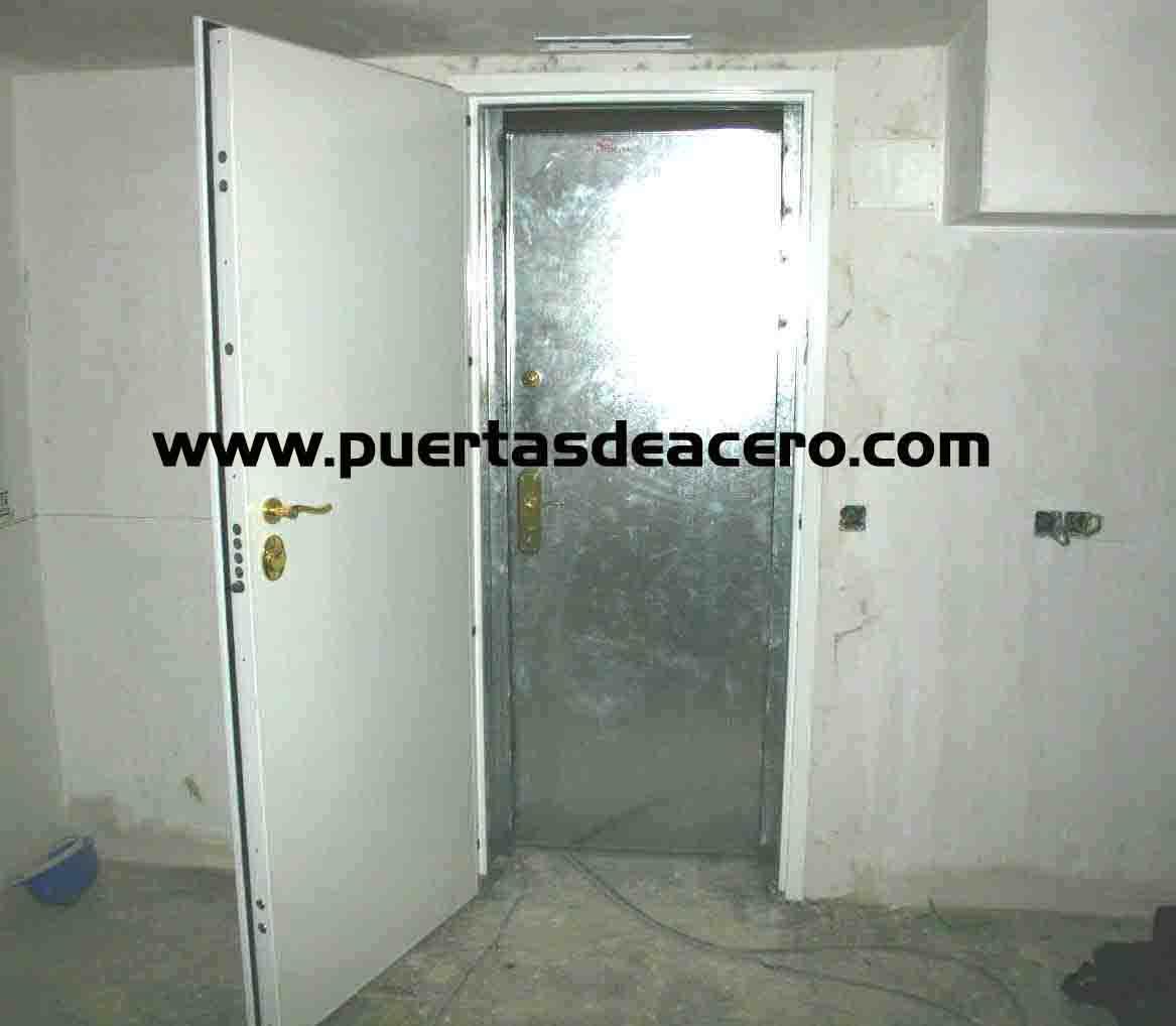 Doble Puerta en el Interior de la Habitación del Panico que se pueden realizar en cualquier decoración según las necesidades del cliente