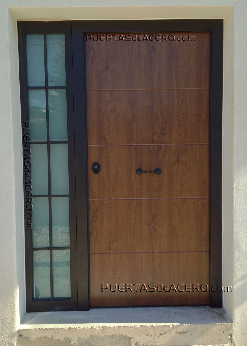 Puerta acorazada con fijo lateral en acero forja con cristal antibalas
