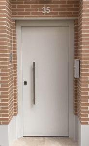 Puerta acorazada máxima con tirador lateral